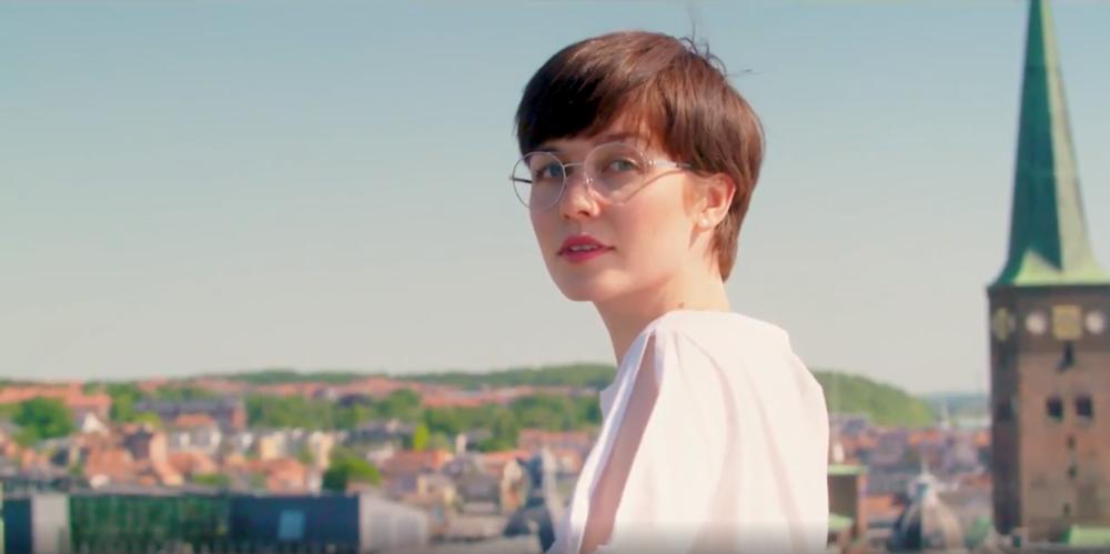 Une Femme porte lunettes optiques Nine Eyewear