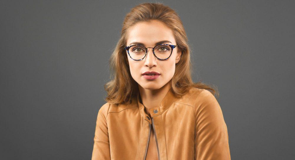 Une femme porte une paire de lunettes Minima
