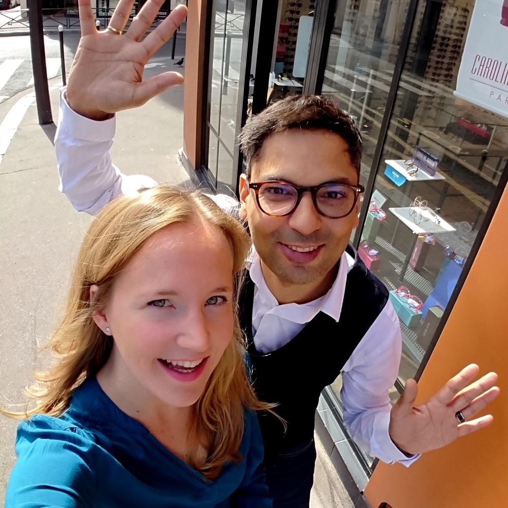 Frédéric et Charlotte, les opticiens diplômés de Lunettes & Cie à l'extérieur de leur boutique