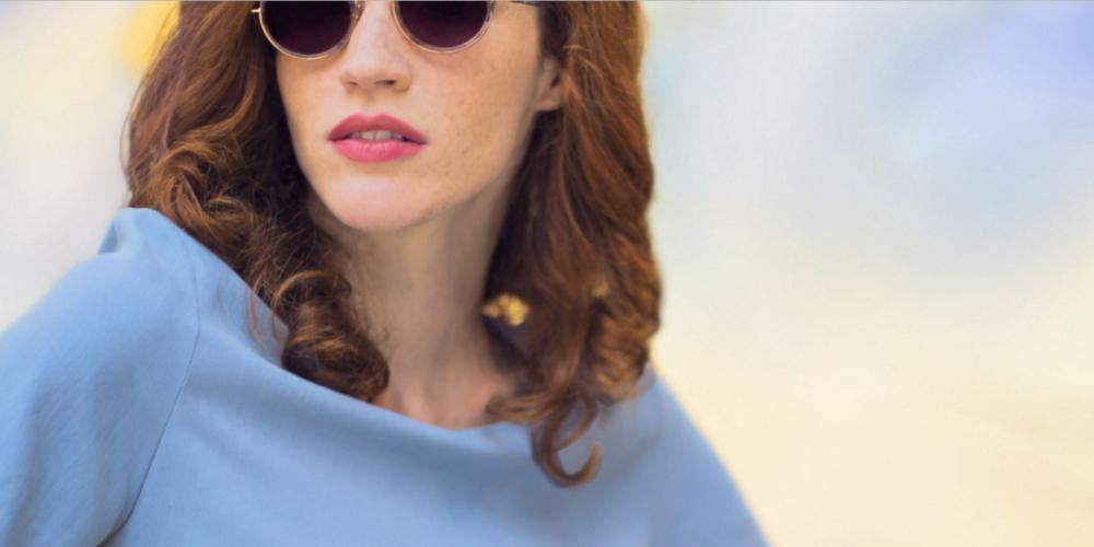 Une Femme porte des lunettes de soleil Lafont