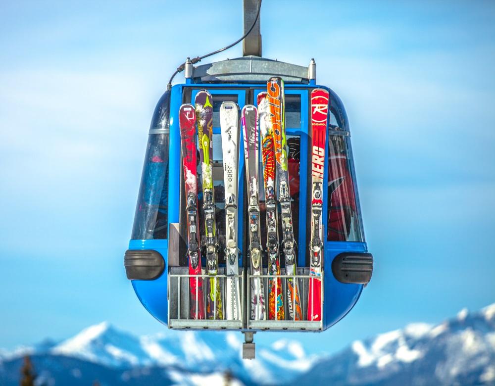 télécabine avec ski sur le coté