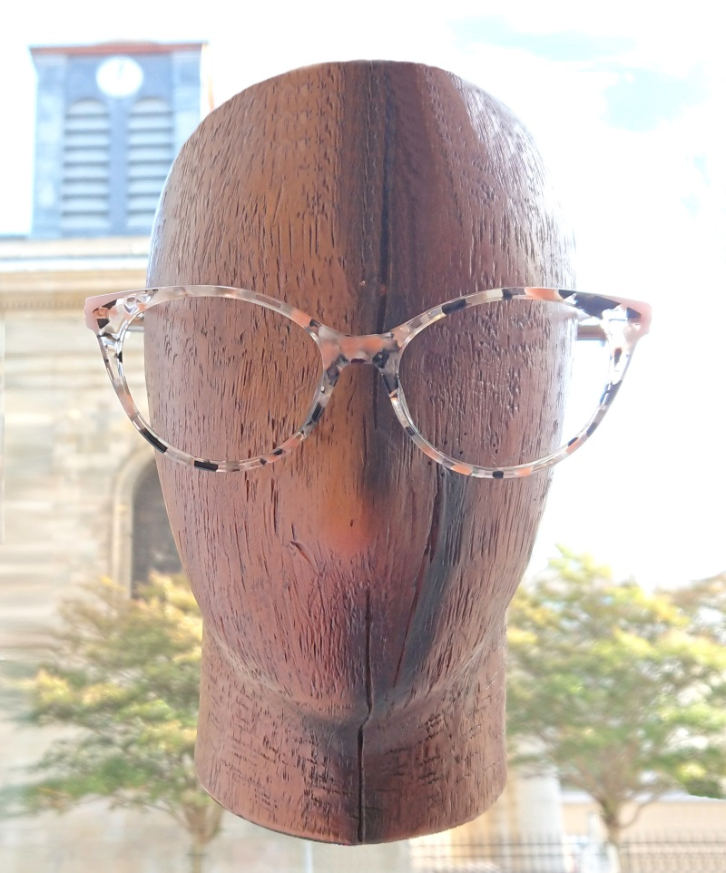tête de mannequin portant des lunettes Woodys Barcelona papillon écaille nude