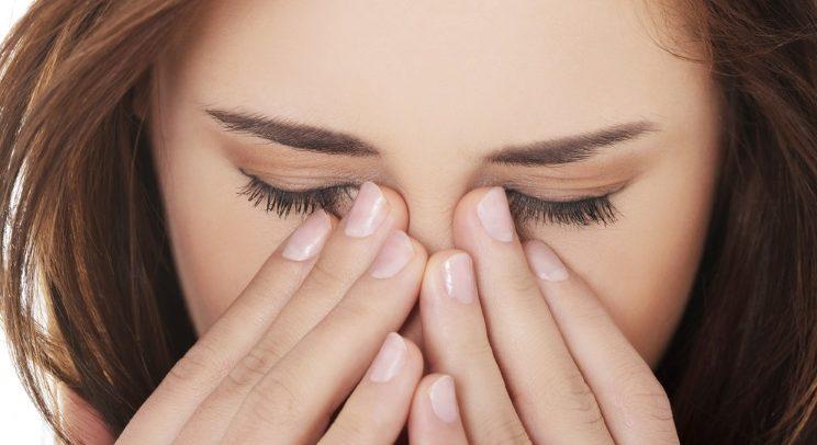 Une femme se frotte les yeux fatigués