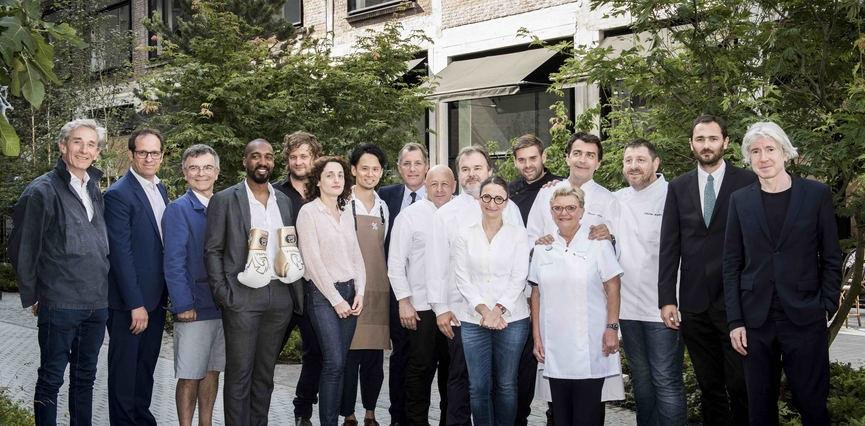 Photo de groupe figurants les chefs étoilés, les artistes, le boxeur et les artisans acteurs de Beaupassage à Paris
