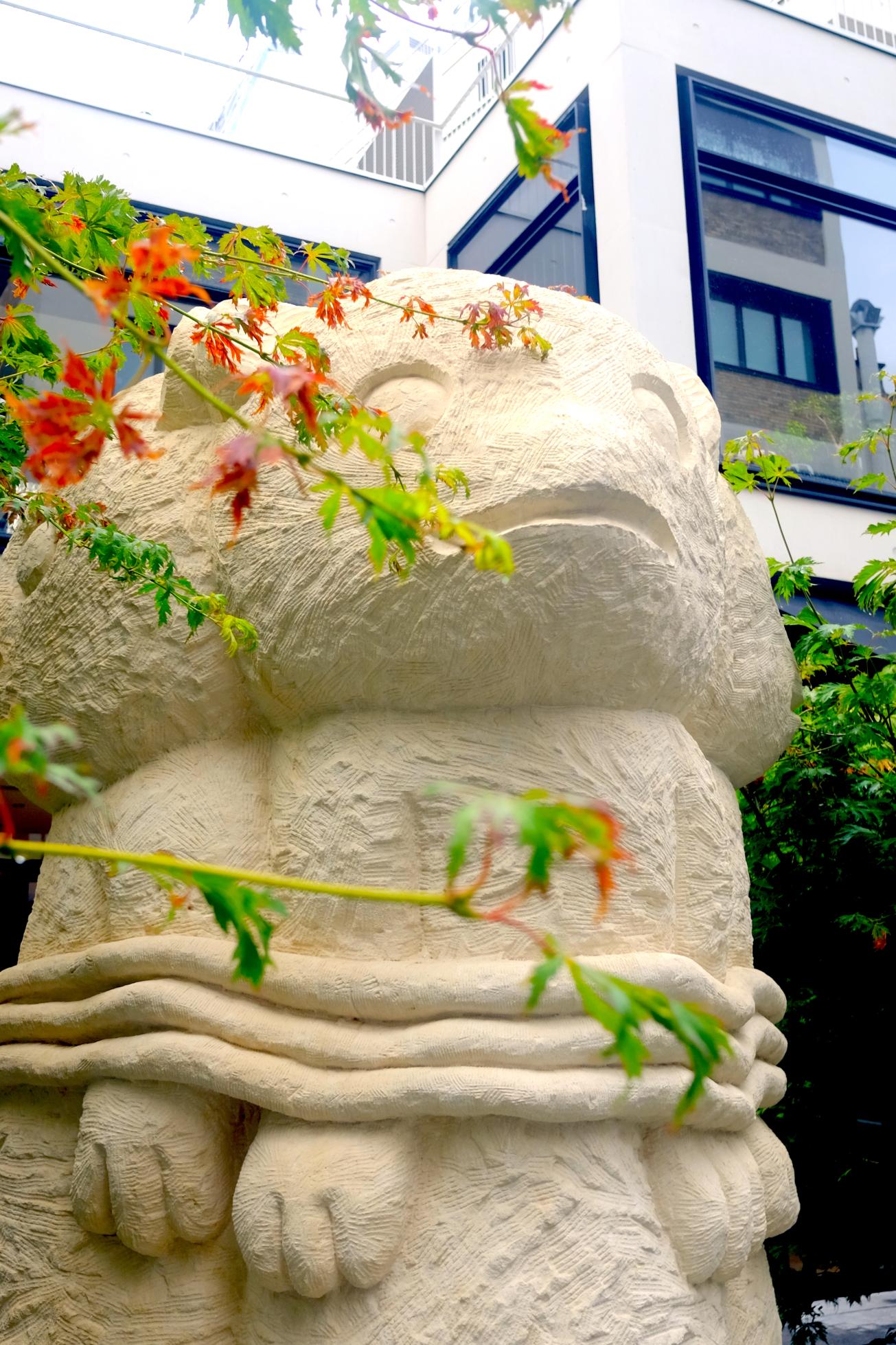 Sculpture de trois mangoustes réalisées par Stefan Rinck pour Beaupassage à Paris
