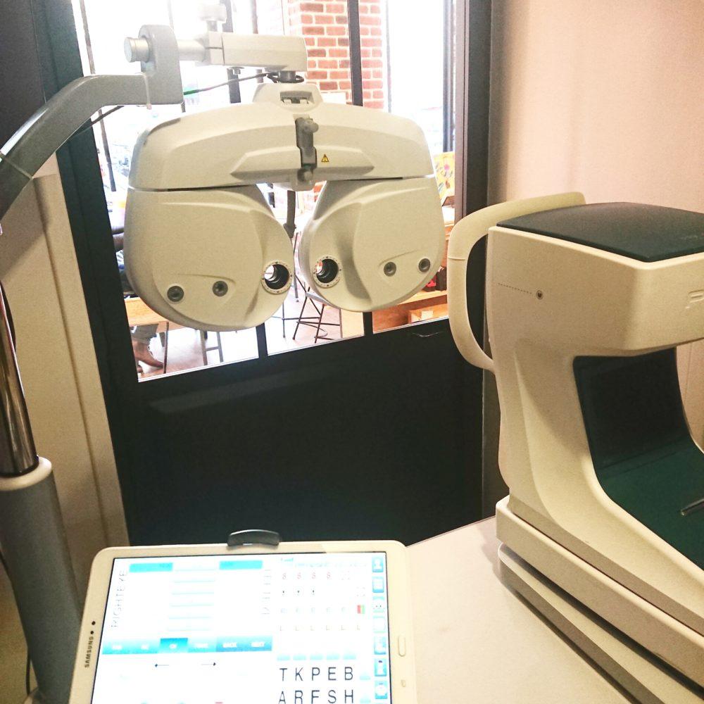 Salon d'examen de vue avec réfracteur automatique piloté par une tablette et auto-réfracteur