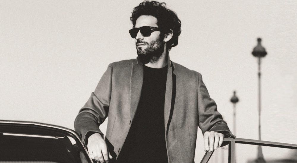 Campagne 2019 pour les lunettes François Pinton Solaires. Un homme pose près de sa voiture à Paris en noir et blanc