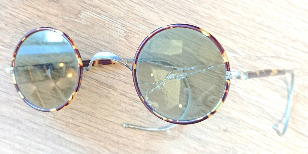 Paire de lunettes vintage dont le verre est cassé